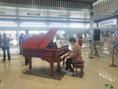 爱心人士向大同南站赠钢琴