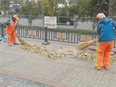 又到落叶季,环卫工人清扫忙